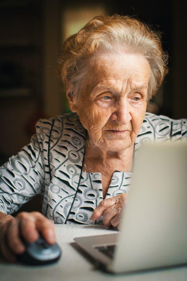 Mujer jubilada que trabaja en el ordenador fotos de archivo libres de regalías