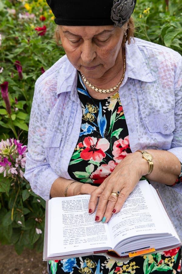 Mujer judía que lee su libro de oración imágenes de archivo libres de regalías