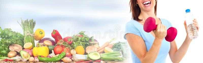 Mujer juguetona con las frutas y pesa de gimnasia imágenes de archivo libres de regalías