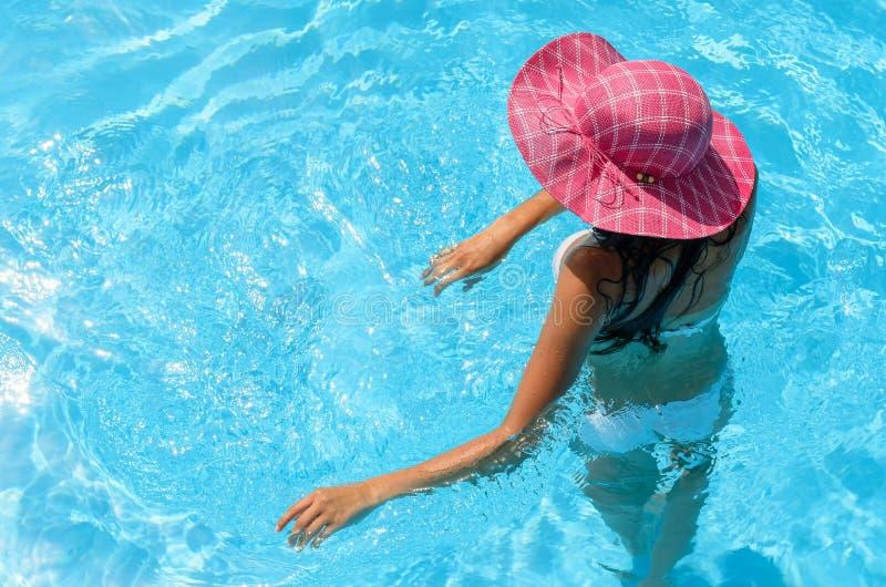 Mujer juguetona en piscina imagen de archivo