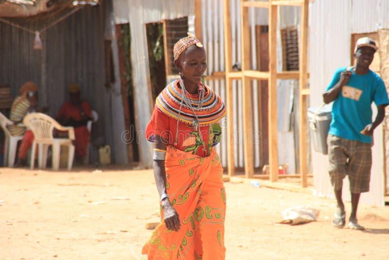 Mujer Kenyan de la tribu de Samburu relacionada con la tribu del Masai en joyería nacional imágenes de archivo libres de regalías
