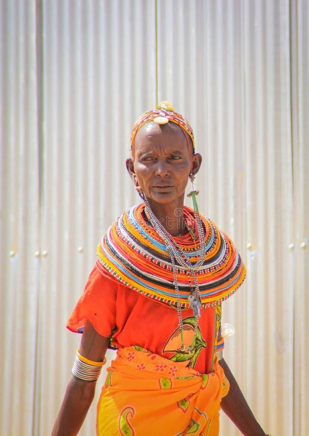 Mujer Kenyan de la tribu de Samburu relacionada con la tribu del Masai en joyería nacional fotografía de archivo