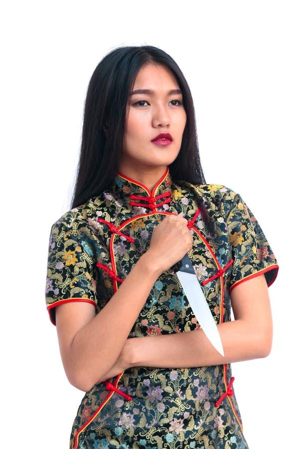 Mujer larga asiática del pelo que sostiene el cuchillo fotos de archivo libres de regalías