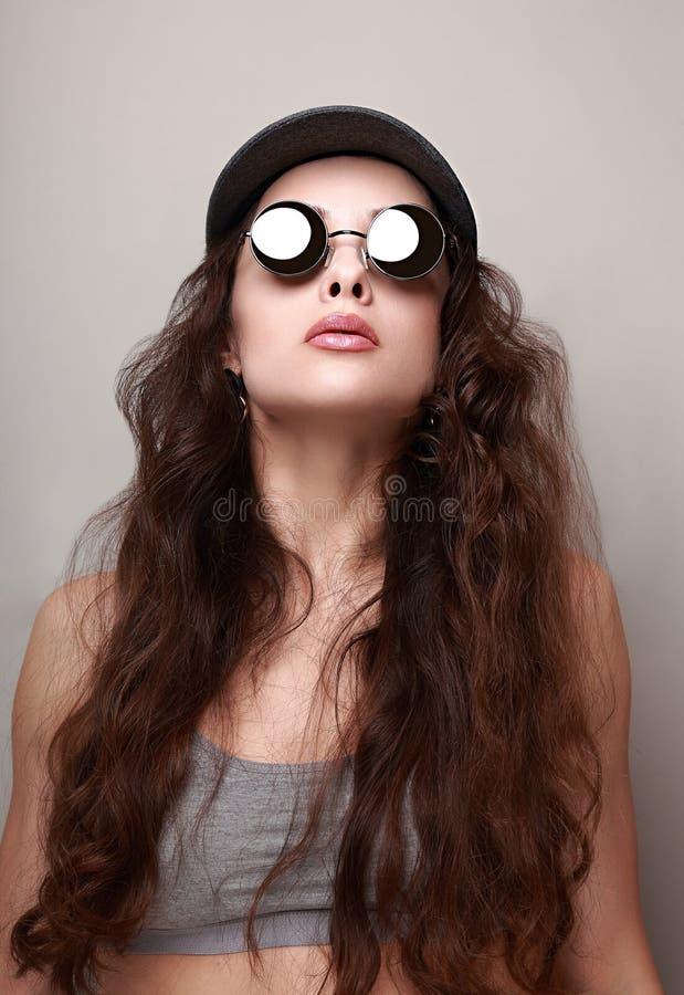 Mujer larga atractiva del pelo en vidrios de sol de la moda foto de archivo libre de regalías