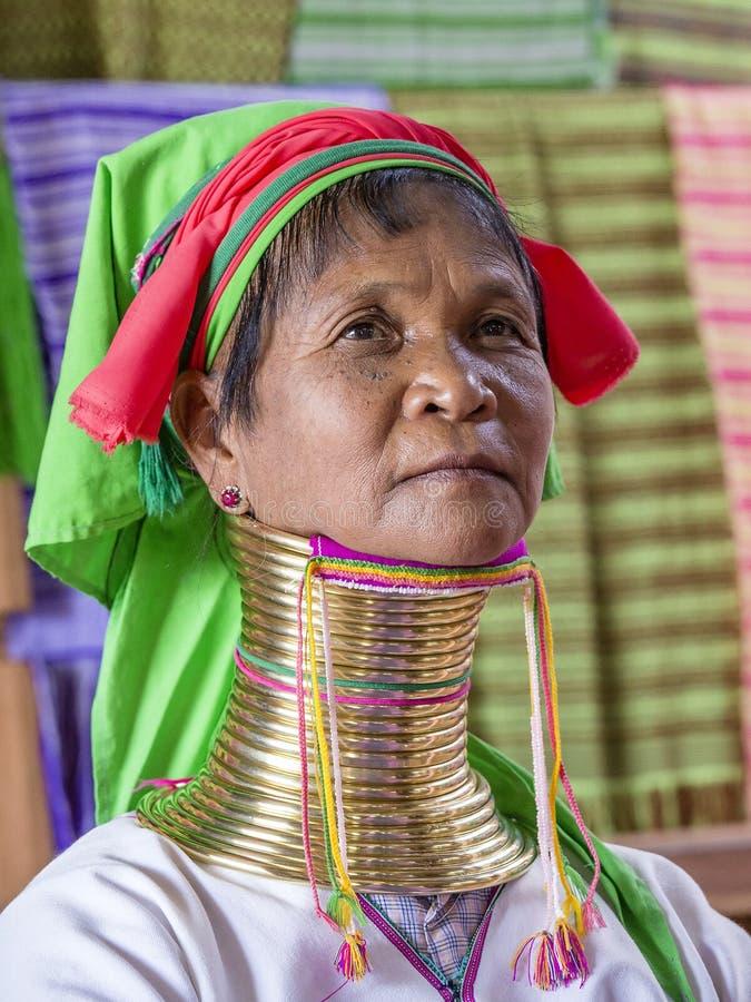 Mujer larga de la tribu del cuello del retrato Padaung - de Karen Lago Inle, Myanmar, Birmania imagen de archivo libre de regalías