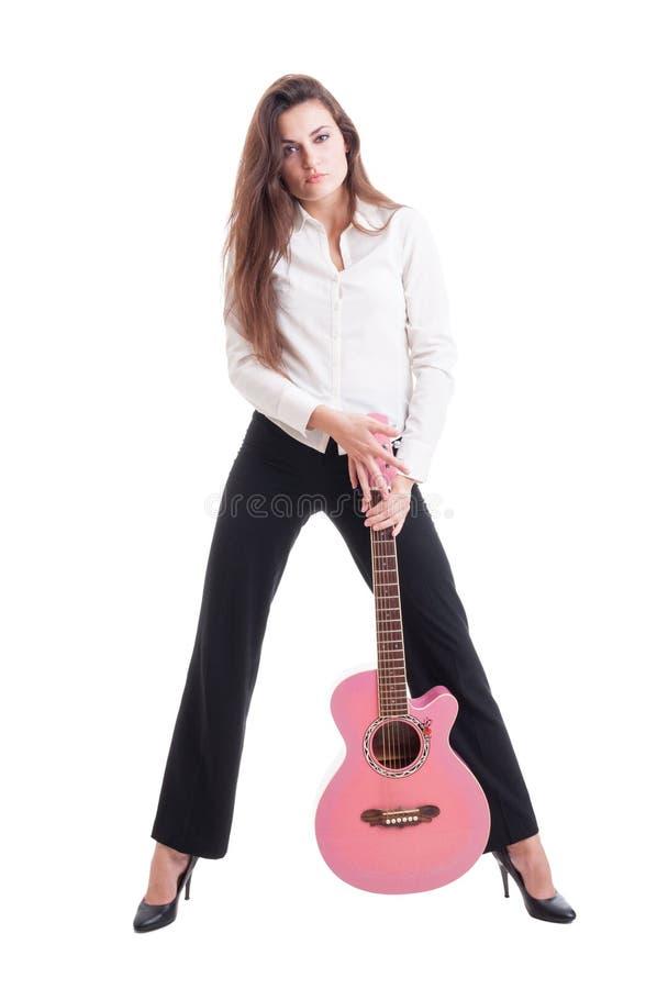 Mujer larga elegante del pelo con los tacones altos que sostienen quitar rosado imágenes de archivo libres de regalías