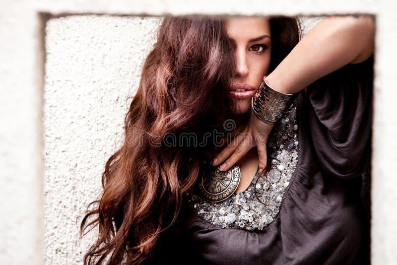 Mujer larga hermosa del pelo imagen de archivo