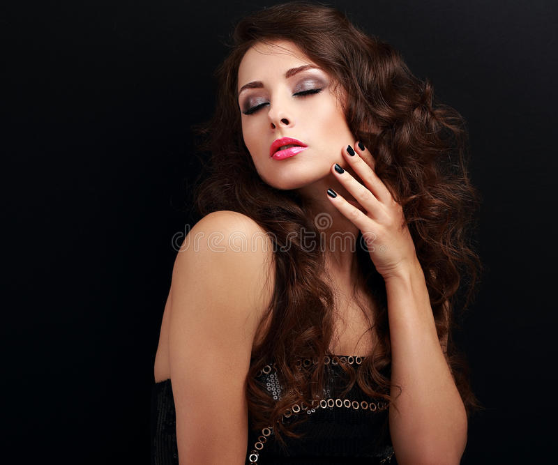 Mujer larga hermosa del pelo rizado con los ojos cerrados del maquillaje y los clavos manicured imágenes de archivo libres de regalías