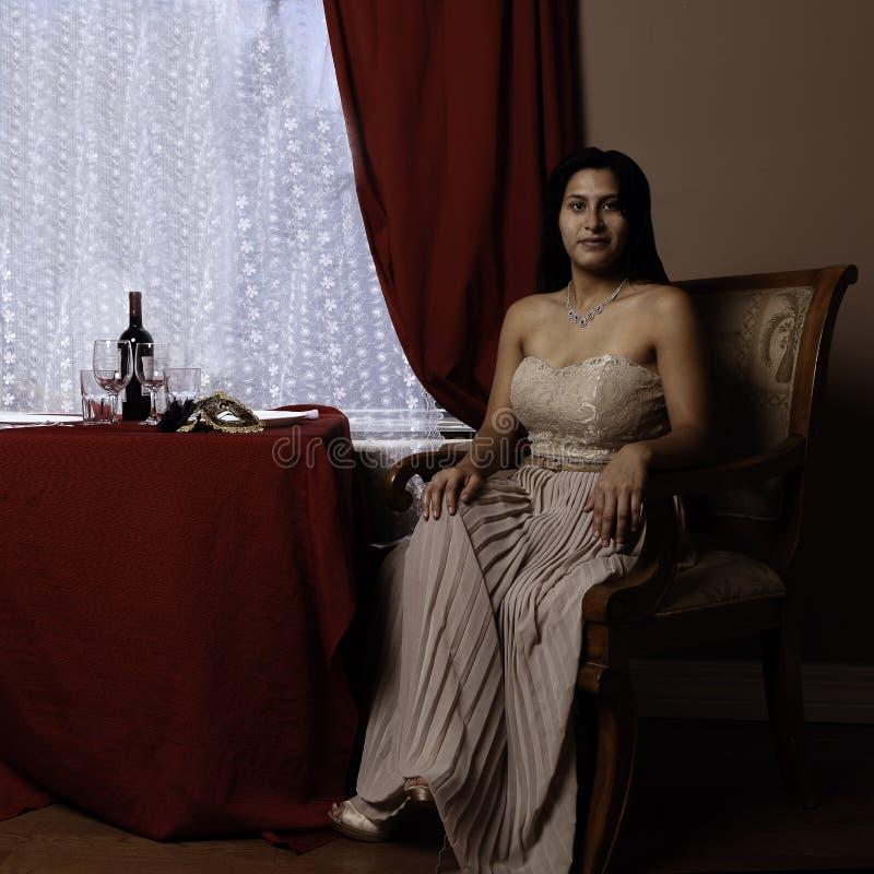 Mujer latina con clase que espera una fecha de la cena foto de archivo