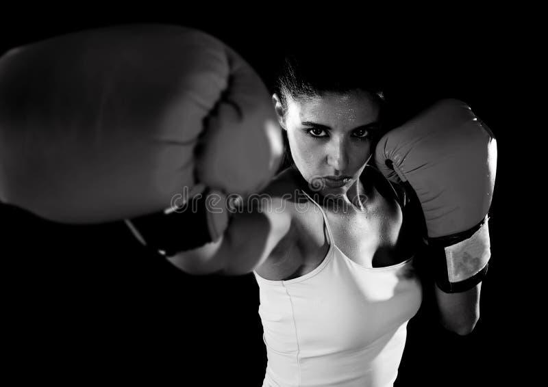 Mujer latina de la aptitud con los guantes de boxeo rojos de la muchacha que presentan en defia imagenes de archivo