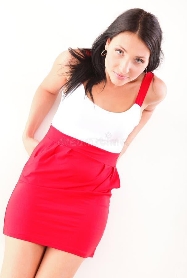 Mujer latina en la mentira roja en el blanco del piso fotos de archivo libres de regalías