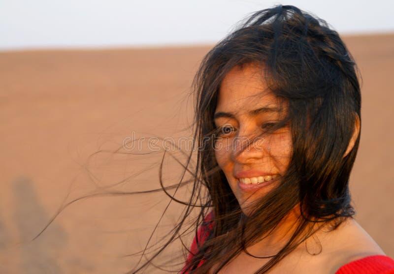 Mujer latina en viento fotografía de archivo libre de regalías