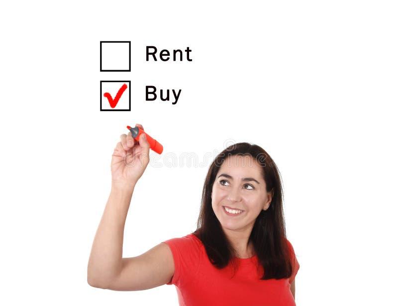 Mujer latina que elige la opción de la nueva casa de la compra o del alquiler en concepto de las propiedades inmobiliarias fotografía de archivo libre de regalías