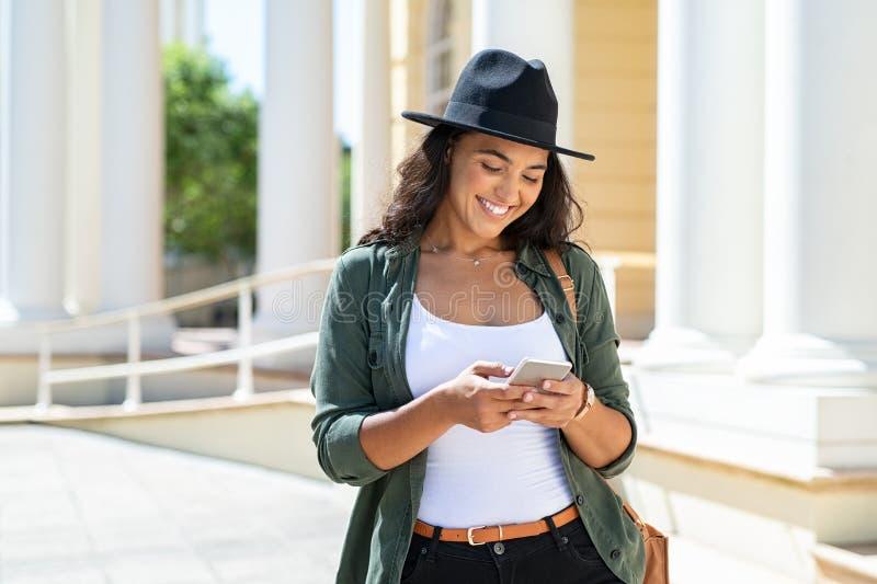 Mujer latina que usa el teléfono foto de archivo