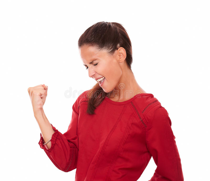 Mujer latina satisfecha que celebra su victoria imagen de archivo