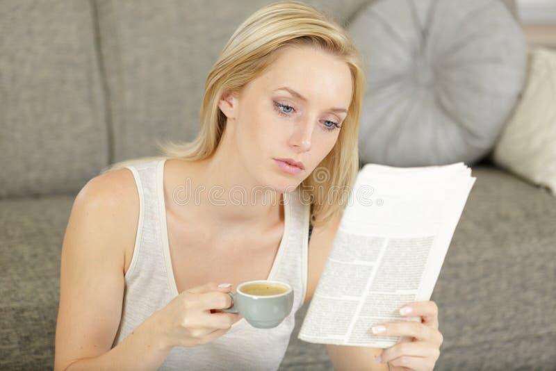 Mujer leyendo periódico sobre fondo de madera fotos de archivo libres de regalías