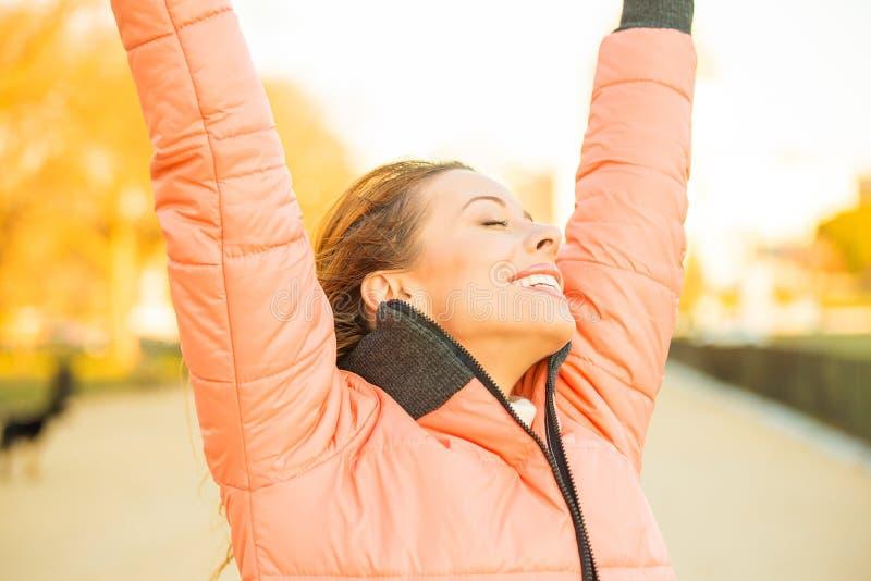 Mujer libre joven feliz afuera imagenes de archivo