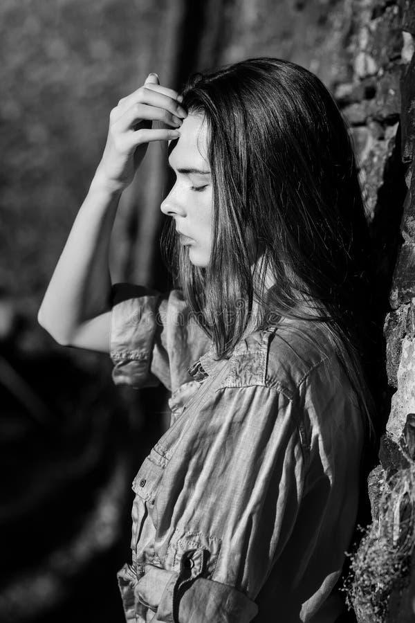 Mujer linda cansada con los ojos cerrados imagen de archivo libre de regalías