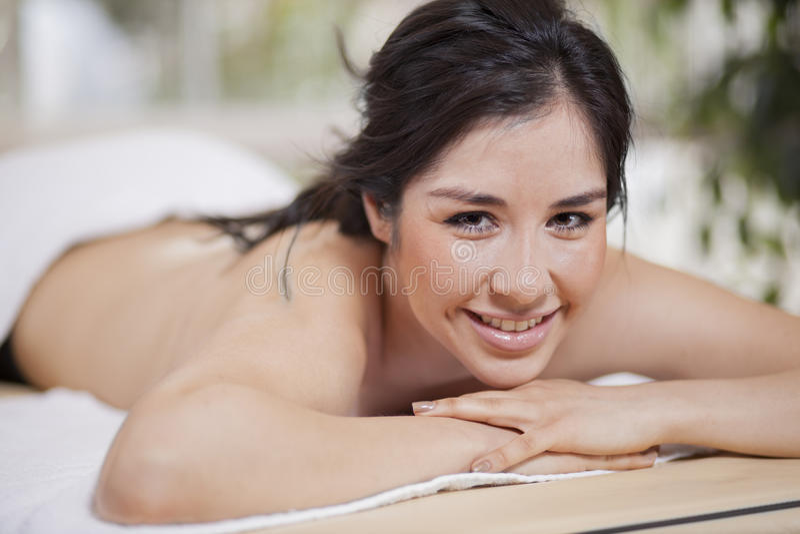 Mujer linda que espera un masaje imagen de archivo libre de regalías
