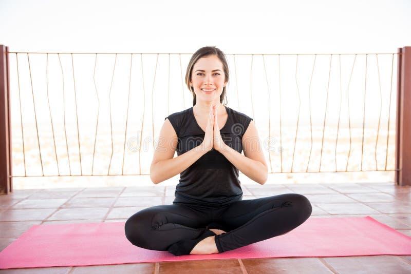 Mujer linda que hace yoga fácil foto de archivo libre de regalías