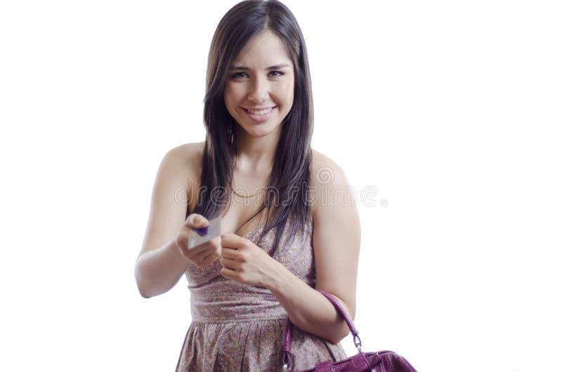 Mujer linda que paga con la tarjeta de crédito imágenes de archivo libres de regalías