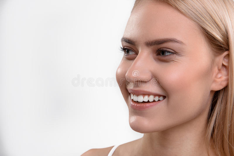 Mujer linda que sonríe con felicidad fotos de archivo libres de regalías