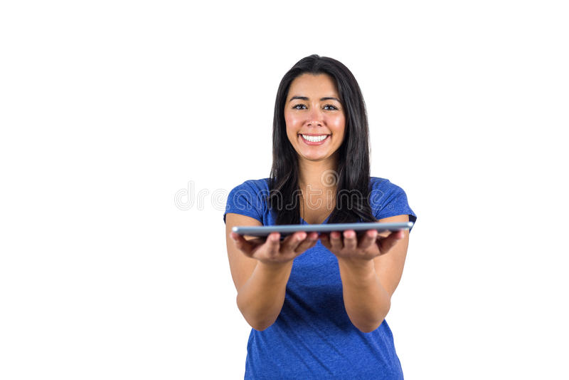Mujer linda que sostiene una PC de la tableta en sus manos fotografía de archivo