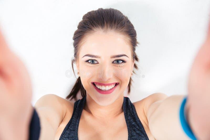 Mujer linda sonriente que hace la foto del selfie fotografía de archivo libre de regalías
