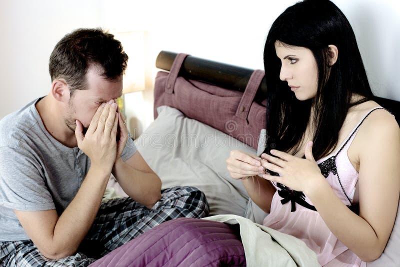 Mujer lista para dar detrás el anillo de compromiso al novio que se rompe para arriba imagenes de archivo