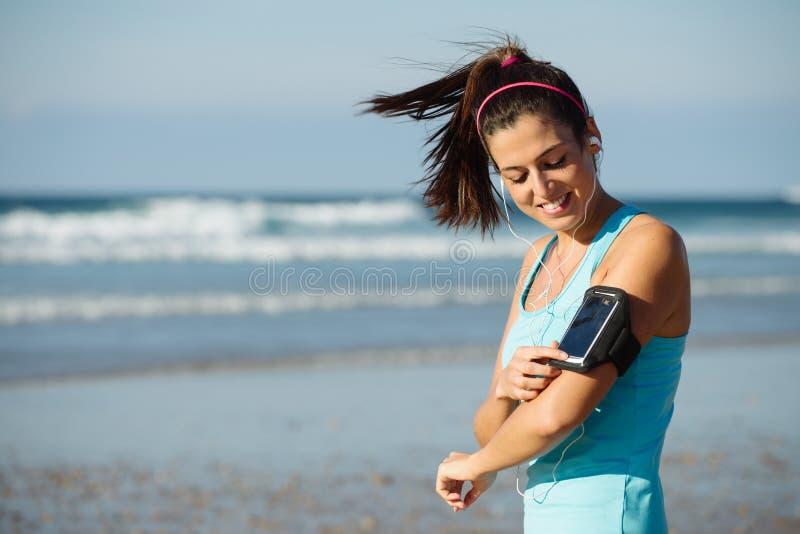 Mujer lista para el entrenamiento corriente de la playa de la aptitud imágenes de archivo libres de regalías