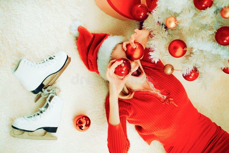 Mujer loca de la Navidad Le deseamos un feliz ?rbol de navidad Fiesta de Navidad, la Navidad santa imagen de archivo