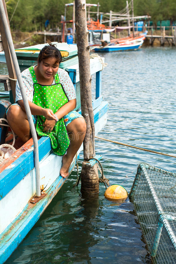 Download Mujer Local En El Pueblo Del Pescador La Isla Está En El Golfo De Tailandia, Imagen editorial - Imagen de bahía, viejo: 64206680