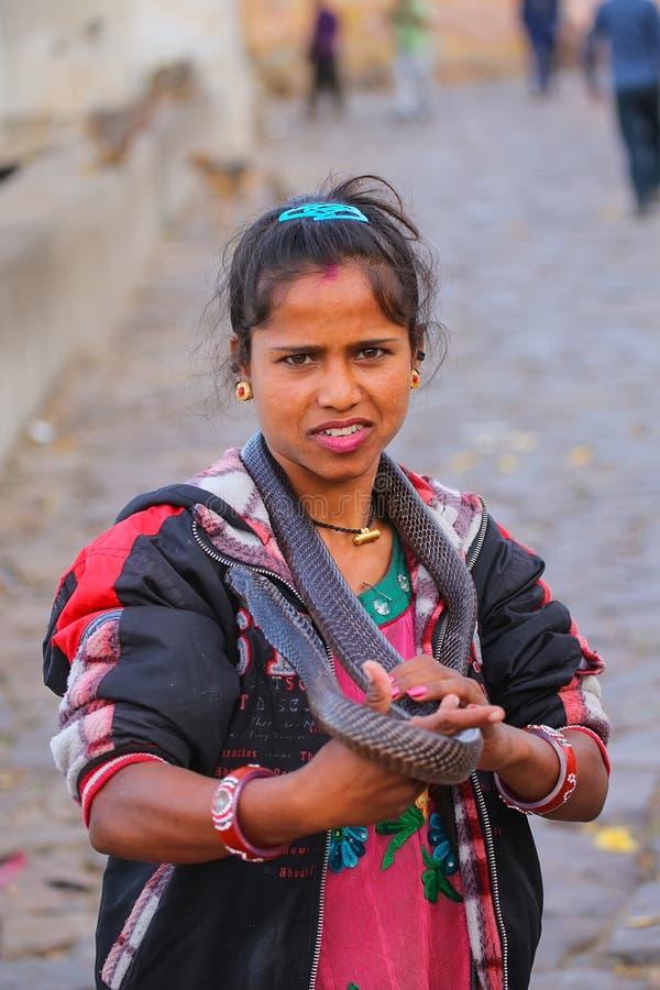 Mujer local que sostiene la cobra india en la calle de Jaipur, Rajast fotografía de archivo libre de regalías