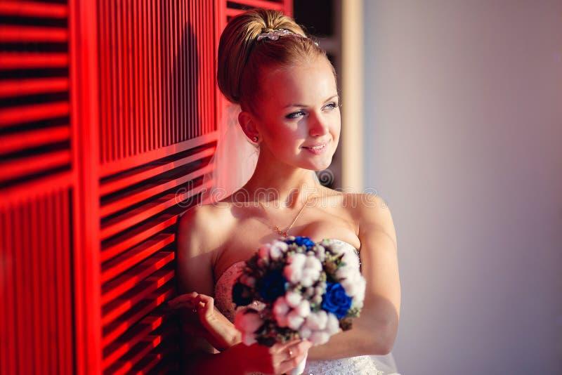 Mujer lujosa en el vestido de boda que presenta en interior lujoso fotografía de archivo libre de regalías