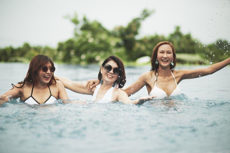 Mujer más joven hermosa que se relaja con la emoción de la felicidad en piscina de agua fotografía de archivo libre de regalías