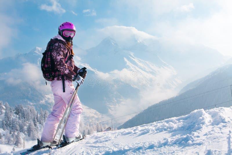 Mujer más skiier. Las montan@as fotografía de archivo