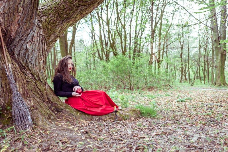 Mujer mística de la bruja imagenes de archivo