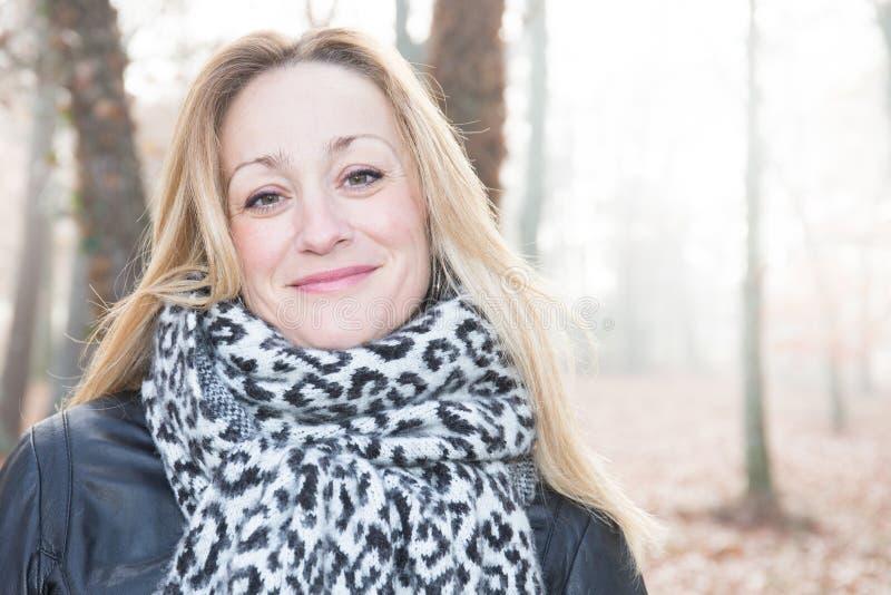 Mujer madura al aire libre en parque frío imágenes de archivo libres de regalías