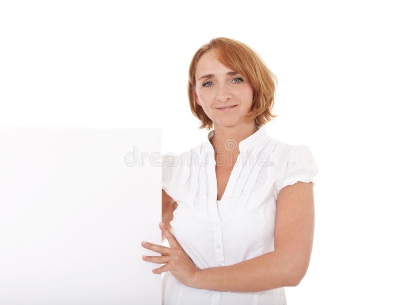 Mujer madura al lado del espacio blanco imagenes de archivo