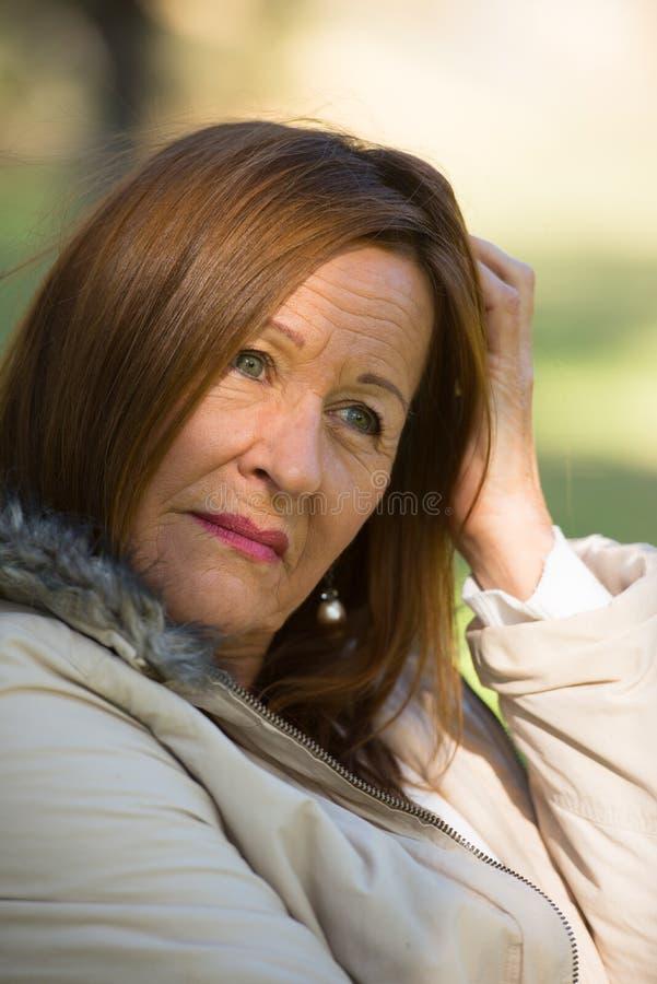 Mujer madura atractiva subrayada preocupante fotografía de archivo