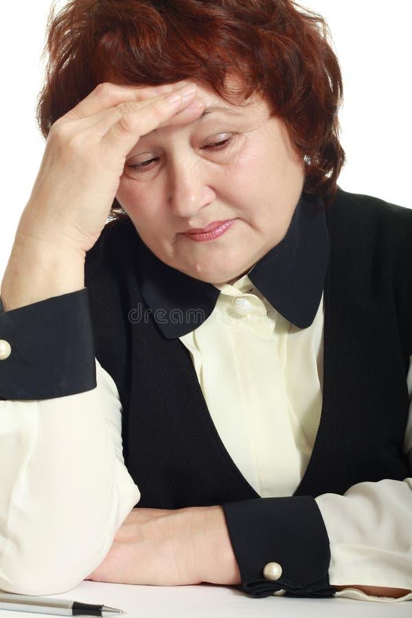 Mujer madura con dolor de cabeza fotografía de archivo libre de regalías