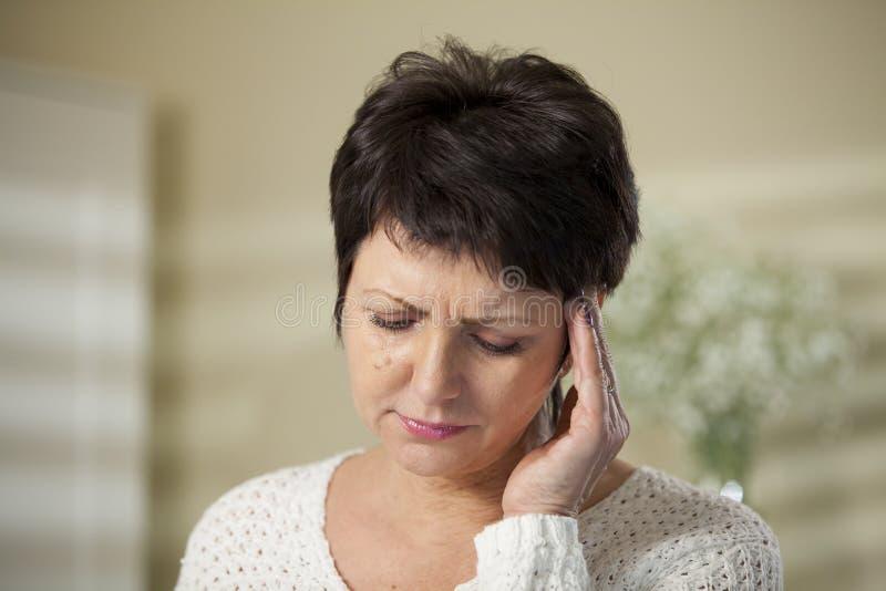 Mujer madura con dolor de cabeza fotos de archivo libres de regalías