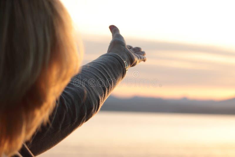 Mujer madura con el brazo extendido fotografía de archivo libre de regalías