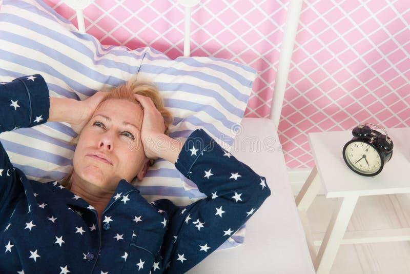 Mujer madura con insomnio imagen de archivo libre de regalías