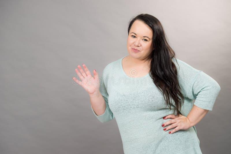 Mujer madura del tamaño extra grande en puente foto de archivo