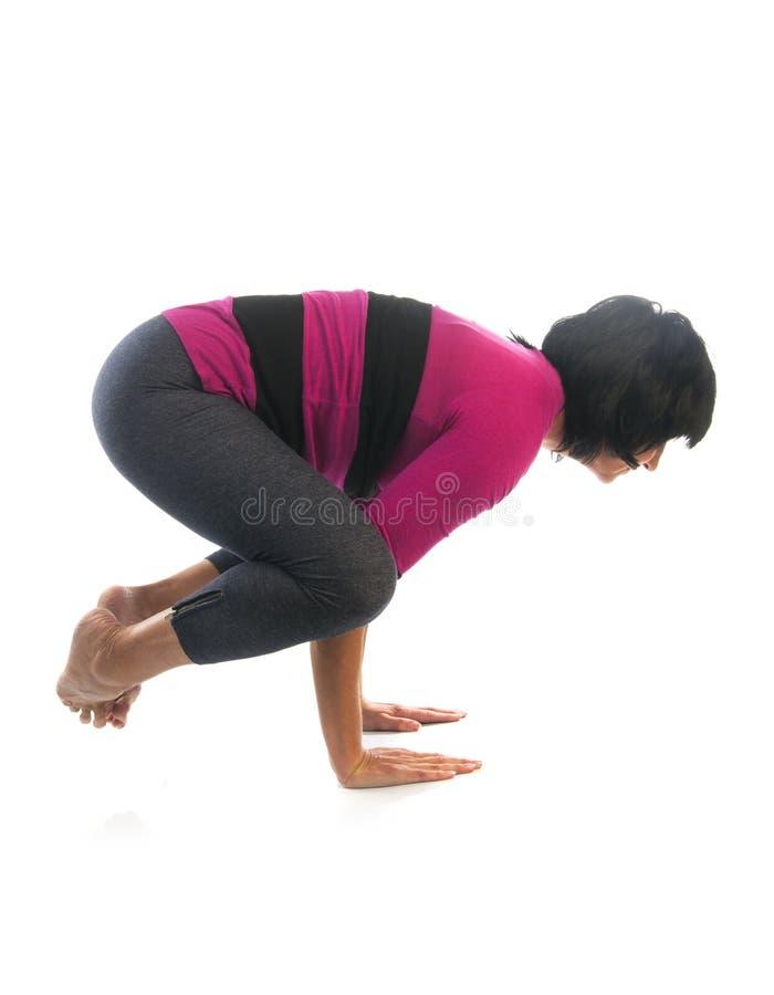 Mujer madura en actitud de la yoga de Bakasana fotos de archivo libres de regalías