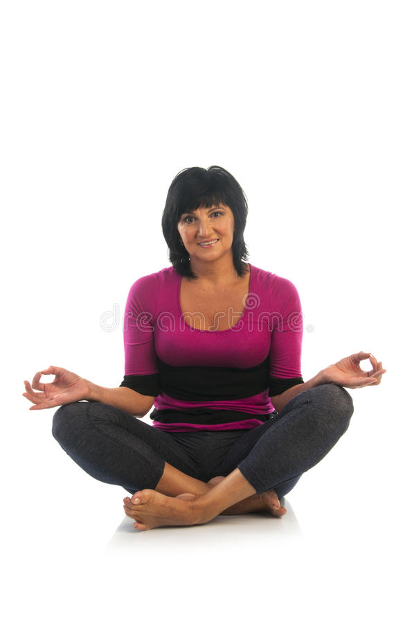 Mujer madura en actitud fácil de la yoga fotografía de archivo