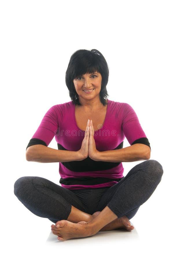 Mujer madura en actitud fácil de la yoga imágenes de archivo libres de regalías