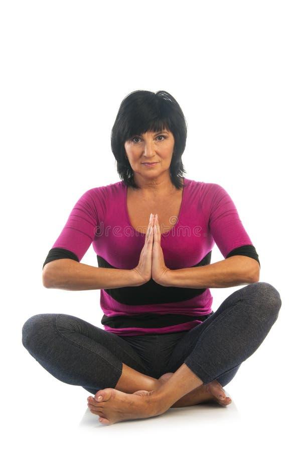 Mujer madura en actitud fácil de la yoga fotos de archivo libres de regalías