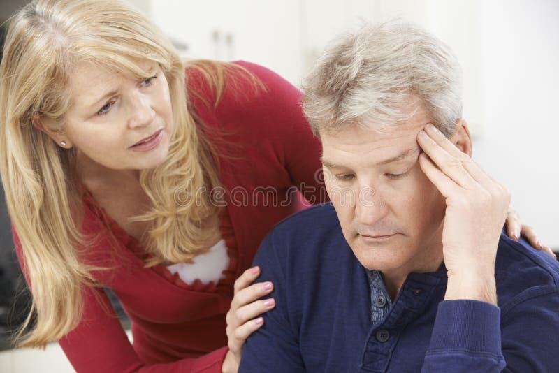 Mujer madura en cuestión que conforta al hombre con la depresión imagen de archivo libre de regalías
